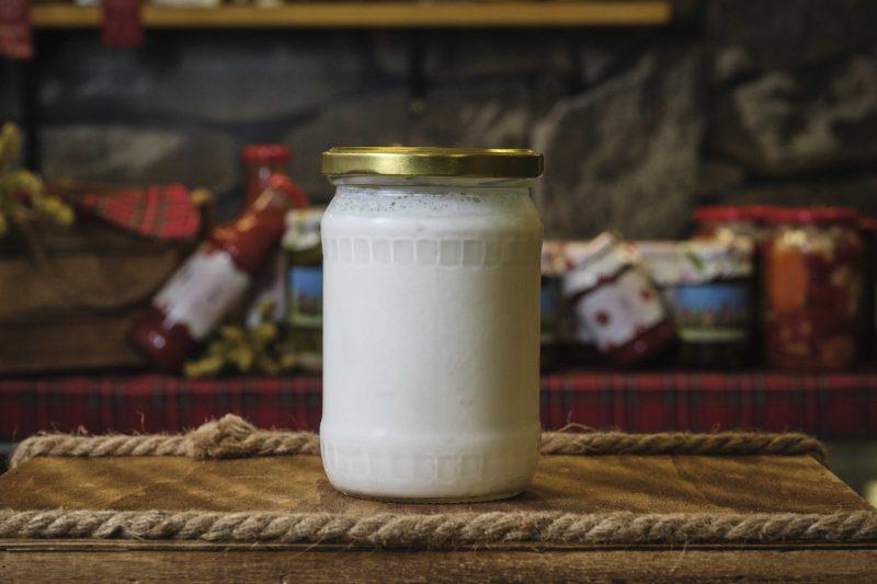 """Домашно краве кисело мляко """"Баба и внуци"""" пълномаслено стъклен буркан 500 гр . 1"""